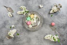 Le lilas blanc fleurit des gâteaux de macaron Plats argentés antiques images libres de droits