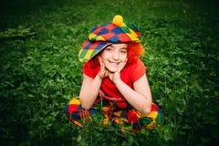 Le lilla flickan i clownperuk Royaltyfria Foton