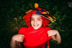 Le lilla flickan i clownperuk Arkivbild