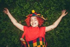 Le lilla flickan i clownperuk Arkivbilder
