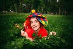 Le lilla flickan i clownperuk Arkivfoto