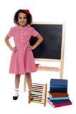 Le lilla flickan i skolalikformig Royaltyfri Foto