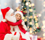 Le lilla flickan med Santa Claus arkivbilder