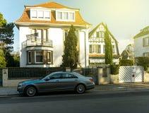 Le limousine di lusso della classe del Mercedez-benz S hanno parcheggiato davanti a tradit Fotografia Stock Libera da Diritti