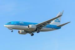 Le linee aeree PH-BGX Boeing 737-700 di KLM Royal Dutch dell'aeroplano sta atterrando all'aeroporto di Schiphol Fotografia Stock