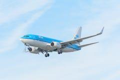 Le linee aeree PH-BGX Boeing 737-700 di KLM Royal Dutch dell'aeroplano sta atterrando all'aeroporto di Schiphol Fotografia Stock Libera da Diritti