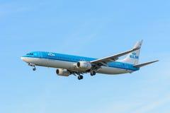 Le linee aeree PH-BXT Boeing 737-900 di KLM Royal Dutch dell'aeroplano sta atterrando all'aeroporto di Schiphol Fotografie Stock