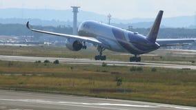 Le linee aeree tailandesi Airbus A350 hanno atterrato all'aeroporto di Francoforte sul Meno video d archivio