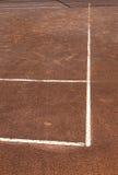 Le linee bianche del gioco del tennis del cort dell'argilla accantona la contrapposizione all'arancia Fotografia Stock Libera da Diritti
