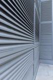 Le linee convergenti su un edificio per uffici hanno grigliato il rivestimento fotografie stock libere da diritti