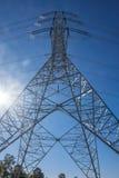 Le linee di trasmissione ad alta tensione sono usate per trasmettere il po elettrico fotografia stock