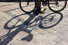 Le linee e le ombre su calcestruzzo di bicicle fotografia stock libera da diritti