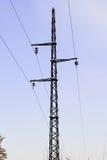 Le linee elettriche, i piloni, torri si sono collegate nella centrale elettrica La Russia Fotografia Stock