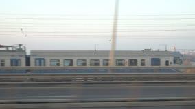Le linee ferroviarie splende di raggi del sole, sopra il fiume di Dnipro Kyiv video d archivio