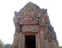 Le linteau de Pra étendu Narai au-dessus de l'entrée au sanctuaire central de Prasat Hin Phanom a sonné le temple antique de Khme Photo libre de droits