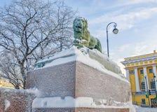 Le lion au remblai d'Amirauté de la rivière de Neva Photographie stock libre de droits