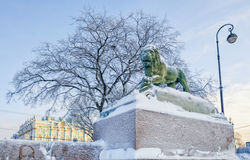 Le lion au remblai d'Amirauté de la rivière de Neva Image stock