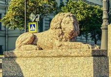 Le lion de granit au remblai d'amiral Makarov Images stock