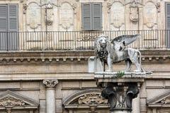 Le lion de la statue de Marco de saint à Vérone, Italie. photos stock