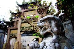 Le lion en pierre dans la culture et l'architecture chinoises de tradition images libres de droits