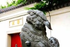 Le lion en pierre dans la culture et l'architecture chinoises de tradition photo libre de droits