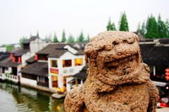 Le lion en pierre dans la culture et l'architecture chinoises de tradition photos libres de droits