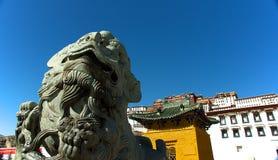 Le lion en pierre devant le palais de Potala Photographie stock libre de droits