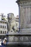Le lion en pierre se repose à la base de la statue du ` s de Dante à Florence, Italie image libre de droits