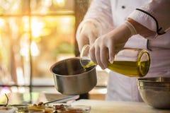 Le liquide verse dans une casserole image stock