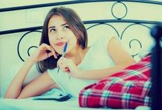 Le listan för flickadanandeshopping i sovrum royaltyfria bilder