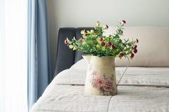 Le lit avec la fleur rouge de champignon sur le pot de fleur de vintage Photo stock