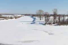 Le lit couvert de neige de la rivière Photographie stock