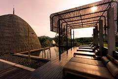 Le lit de piscine près de la piscine pour détendent Photographie stock libre de droits