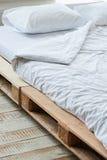 Le lit des palettes en bois Photographie stock libre de droits