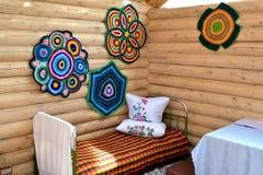 Le lit en métal et les tapis tricotés Photos stock