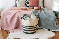 Le lit rustique intérieur de grenier de chambre à coucher couvre le décor image stock