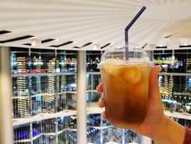 Le litchi d'Oolong a glacé le thé avec le fond de bokeh photographie stock