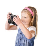 Le liten flicka med den isolerade gammala kameran Arkivfoto