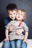 Le liten flicka- och pojkesiblingen Arkivbilder