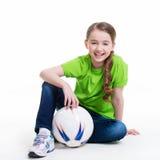 Le liten flickasammanträde med bollen. Arkivfoton