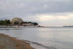Le littoral de la baie de Gelendzhik Remblai vert, bâtiments côtiers, montagnes, mer verte, ciel gris avec les nuages gris image libre de droits