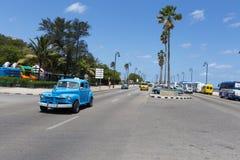 Le littoral de La Havane Ligne des rétro véhicules Photo stock