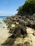 le littoral mettent des pierres de phi Photographie stock