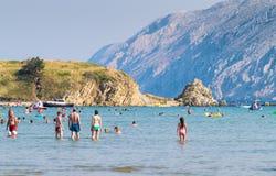 Le littoral transparent et l'eau clair comme de l'eau de roche de l'île de Photos stock