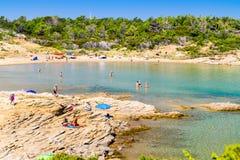 Le littoral transparent et l'eau clair comme de l'eau de roche de l'île de Photos libres de droits
