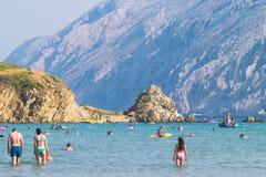 Le littoral transparent et l'eau clair comme de l'eau de roche de l'île de Photo libre de droits