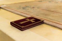 Le livre avec la croix soutient la foi est sur l'autel photographie stock libre de droits