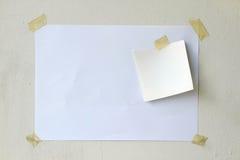 Le livre blanc a collé sur le mur de la colle Photos stock