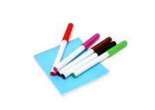 Le livre bleu et le crayon lecteur feutre de couleur Photo stock