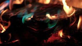 Le livre brûle dans le feu banque de vidéos